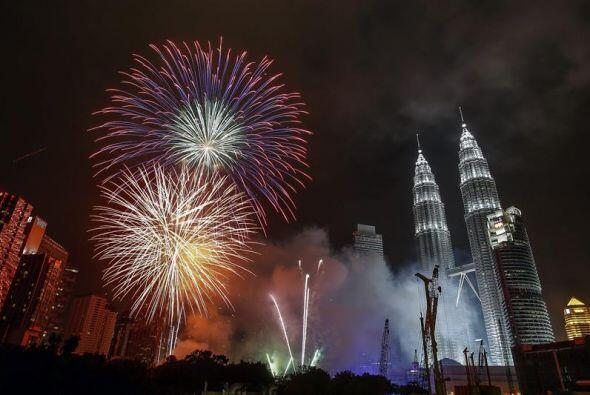 Fuegos artificiales dan la bienvenida al Año Nuevo frente a las torres P...