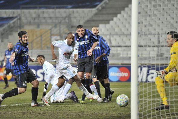 André Ayew cabeceó la pelota tras el cobro de un tiro de e...