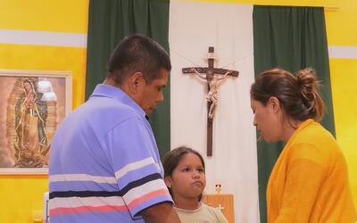 Inmigrante se refugia en iglesia escapando de la deportación, para ayuda...