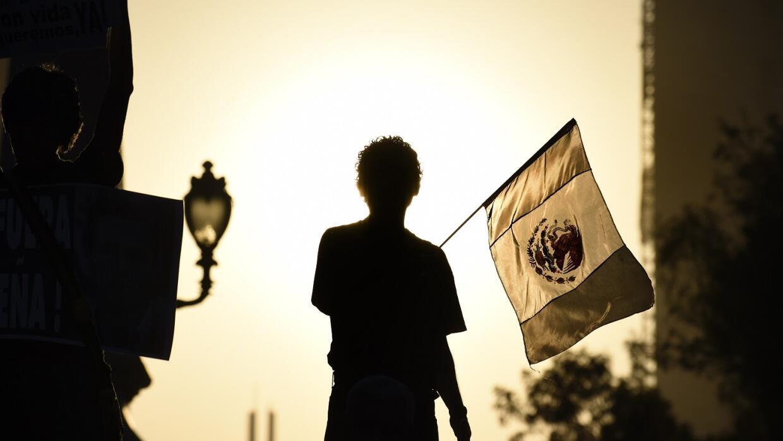 Joven posa con la bandera de México