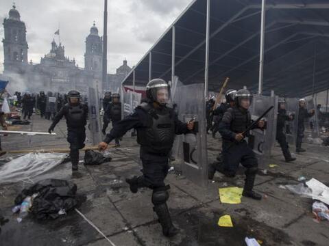 Elementos de la Policía Federal en México derribaron barricadas instalad...