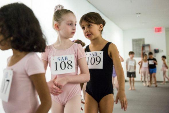 Niñas y niños de seis años esperan para una audición en la Escuela de Ba...