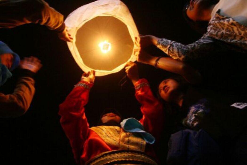 Indonesios encendieron una linterna flotante en Java Oriental.