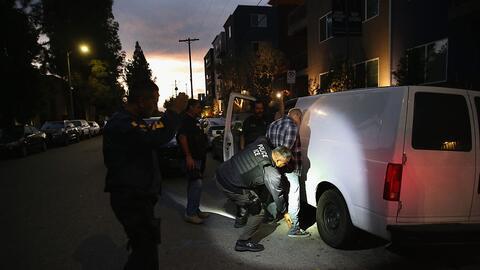 Un hombre siendo detenido por agentes de ICE el 14 de octubre de 2015 en...