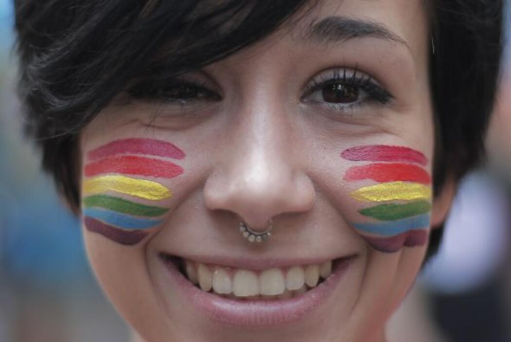 Muchos pintaron su rostro con los colores de la bandera lésbico gay.