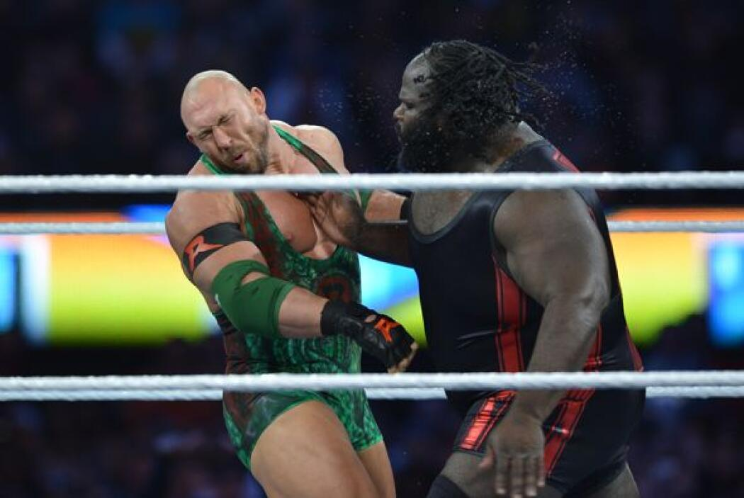 El hombre más fuerte del mundo, Mark Henry, se enfrentó a Ryback.