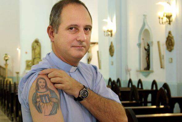 El Párroco Juan Gabriel Arias muestra un tatuaje que representa una imag...