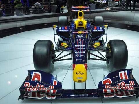 El Red Bull que maneja el campeón mundial de Fórmula 1 Sebastian Vettel,...