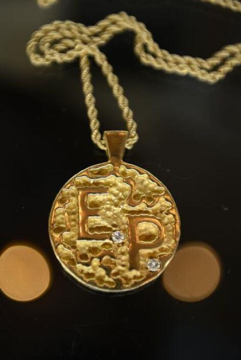 En la subasta también se podía encontrar un medallón de oro de 14 quilat...