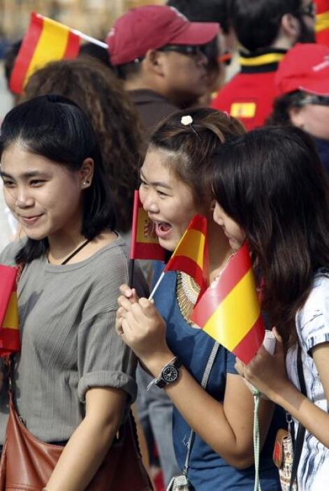 En su camino una multitud de emocionadas personas los saludaban.