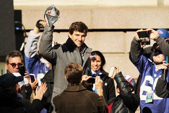 La gran ovación fue para Eli cuando se levantó para dirigirse a la multi...