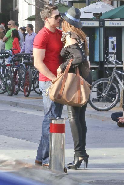 Besos, abrazos y caricias en plena calle.