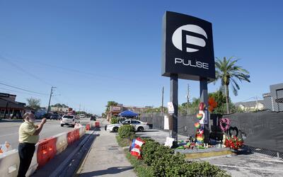 Un peatón toma una foto en el club nocturno gay Pulse, escenario...