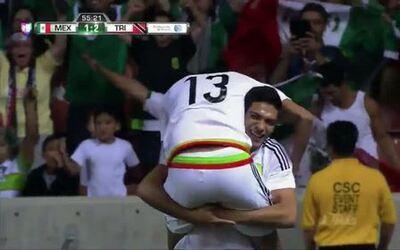 Goooolll!! Raúl Jiménez mete el balón y marca para México