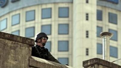 Un efectivo de un cuerpo especial de la Policía Federal Argentina, custo...