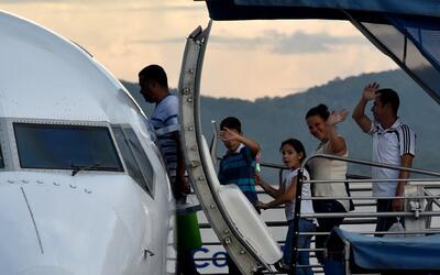 Un grupo de cubanos salen de Ciudad de Panamá rumbo a Ciudad Ju&a...