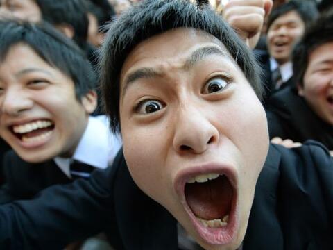 Estudiantes universitarios celebran el inicio de la temporada de busqued...