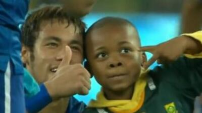 Neymar sorprendió a un niño de Sudáfrica.