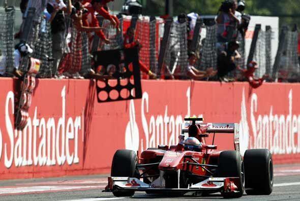 Alonso cruzó la meta con casi tres segundos de ventaja sobre Button y ce...