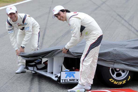 El japonés Kamui Kobayashi y el mexicano Sergio Pérez pres...
