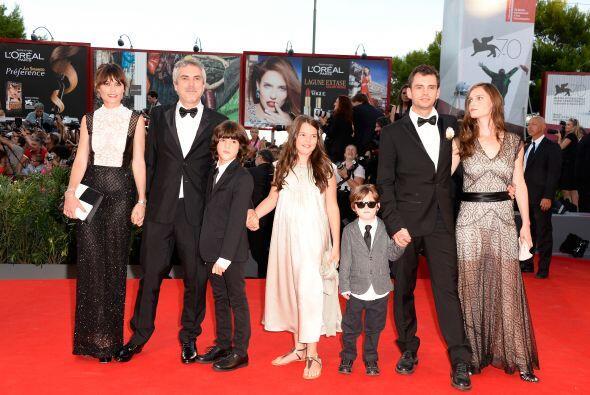 Alfonso Cuarón y su hijo Jonás (escritor de la película), fueron acompañ...