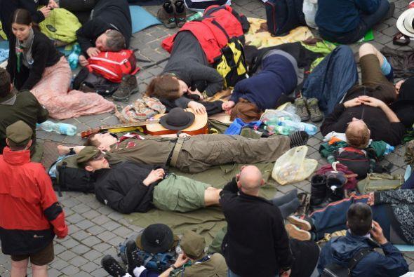 Cientos estaban sobre colchones inflables y colchonetas a lo largo de ca...