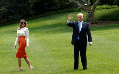 Donald Trump saluda en el jardín de la Casa Blanca junto a la pri...