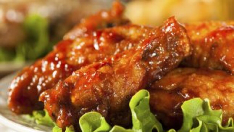 Horneadas en lugar de fritas, estas alitas de pollo son una opción más s...