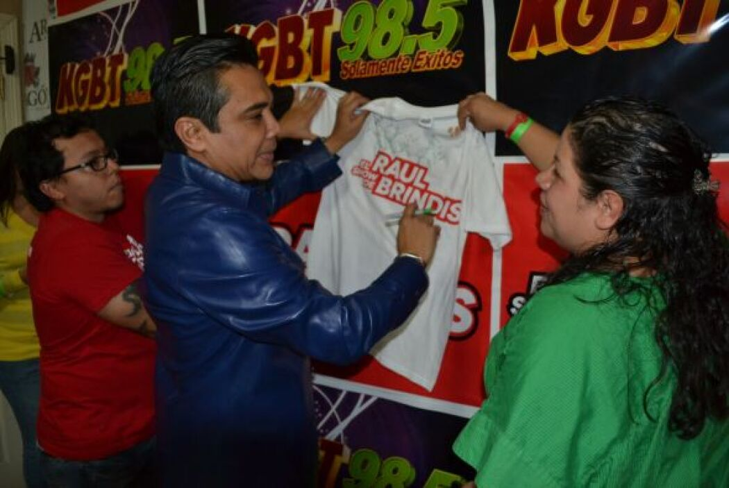 Raúl Brindis compartió con sus fans y regaló autógrafos.