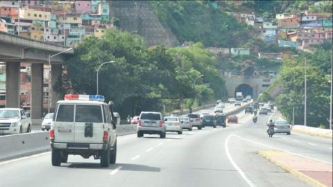 Delegación ecuatoriana conducida en vehículos de la polic&...