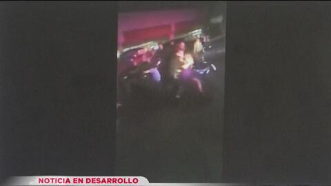 Cámara capta el momento en que un oficial de policía golpea a un joven