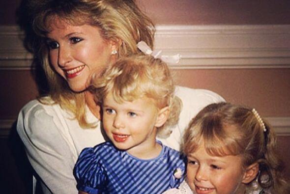 Ellas son las hermanas Hilton, Paris y Nicky con su mami. Mira aquí los...