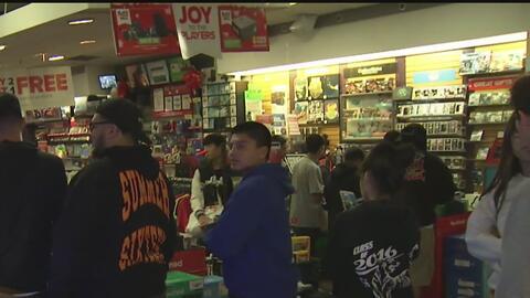 Cientos de personas llegan a los centros comerciales para aprovechar las...