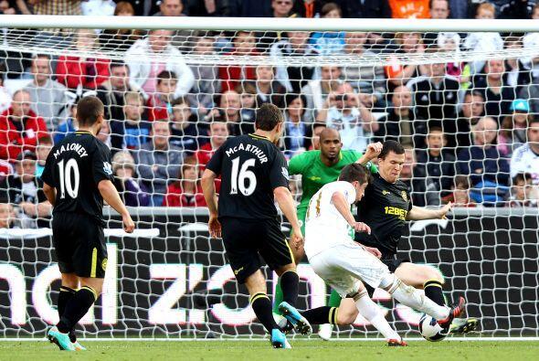 El triunfo del Swansea tuvo sabor español, ya que Pablo Hern&aacu...