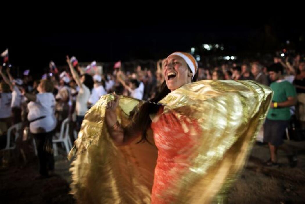 Una mujer baila durante una oración de miles de peregrinos cristianos ev...