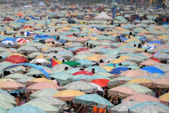 El fuerte calor empujó a los cariocas y turistas a las famosas playas de...