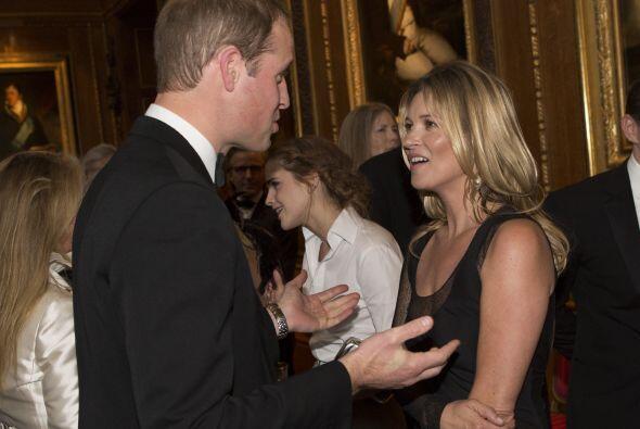 El Príncipe William hablando con sus invitados.Mira aquí lo último en ch...