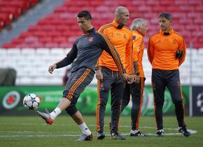 Zidane con Cristiano Ronaldo en una práctica del Madrid