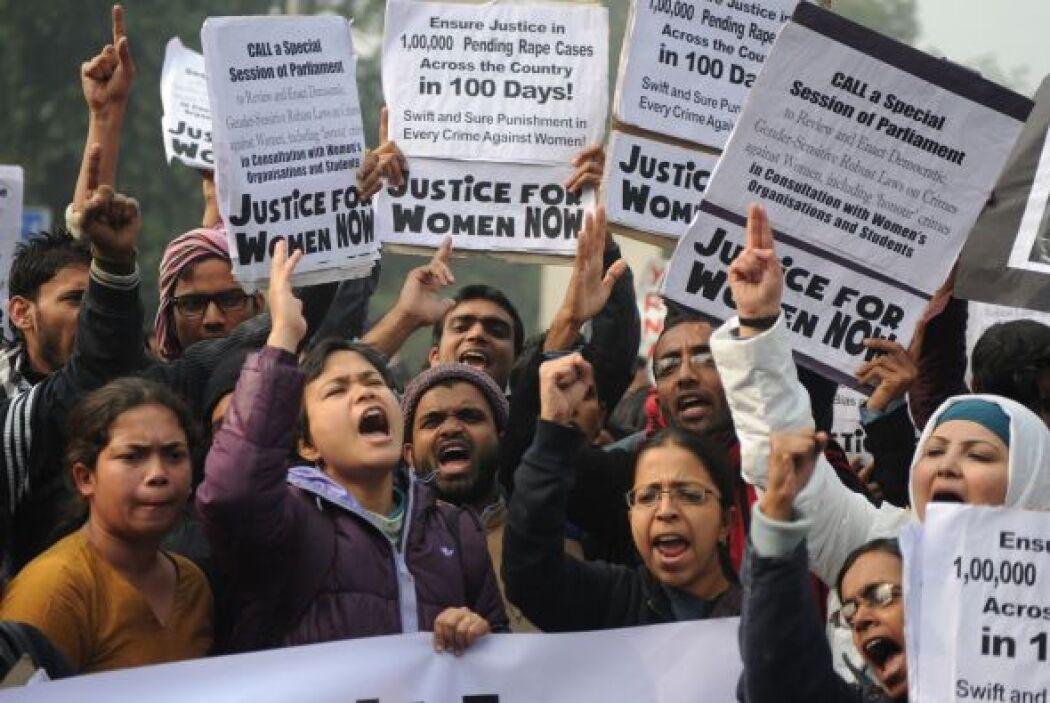 Una joven india de 23 años de edad, víctima de una violación colectiva a...