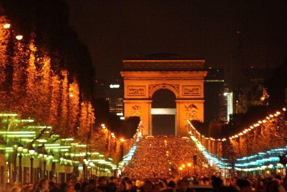 En París, decenas de miles de personas, muchos de ellos turistas, se esp...