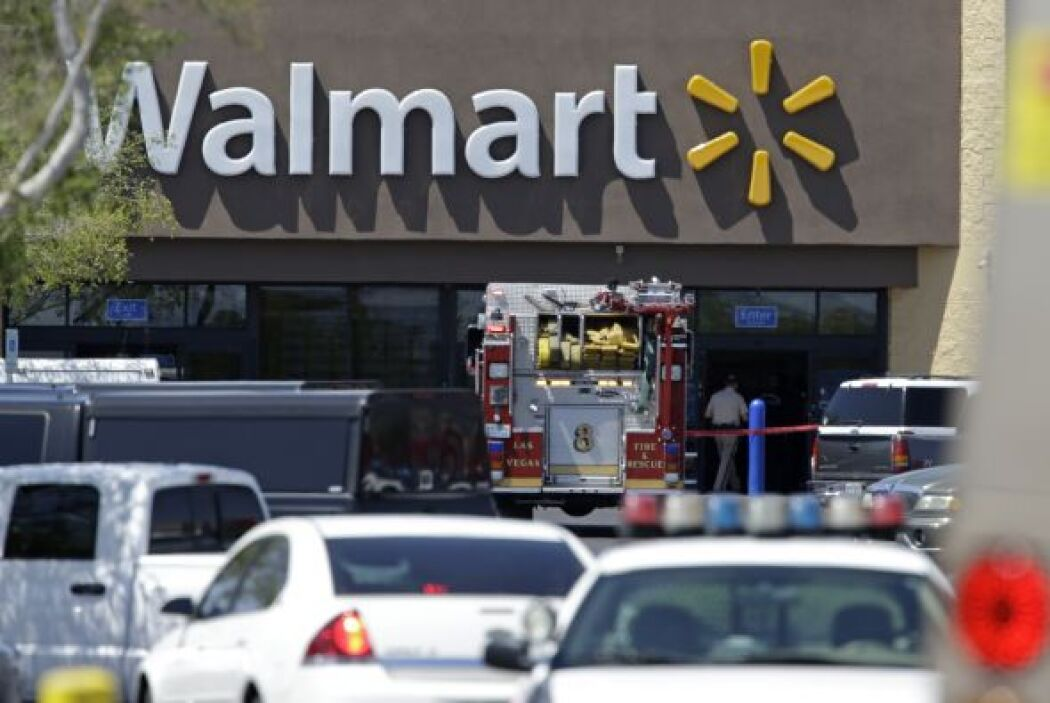 Los dos sospechosos huyeron entonces al Walmart al otro lado de la calle...