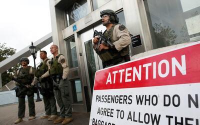 Autoridades continúan los operativos en el metro de Los Ángeles por amen...