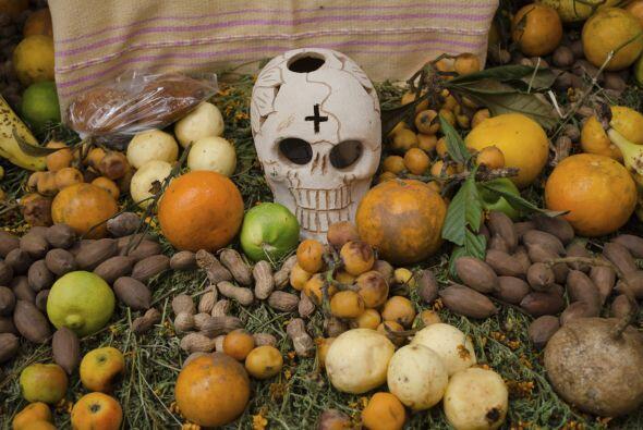 Por eso, la parte medular del altar es la comida preferida del difunto,...