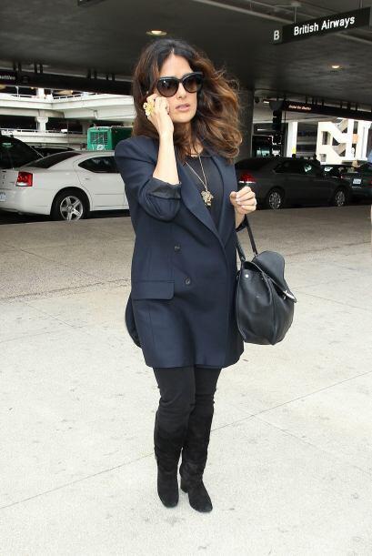 El atuendo en negro que llevaba, la hacía lucir espectacular, y el abrig...