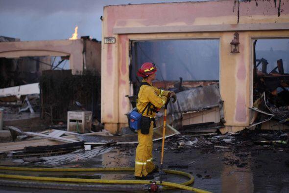 Los bomberos luchan para contener las llamas pero las altas temperaturas...