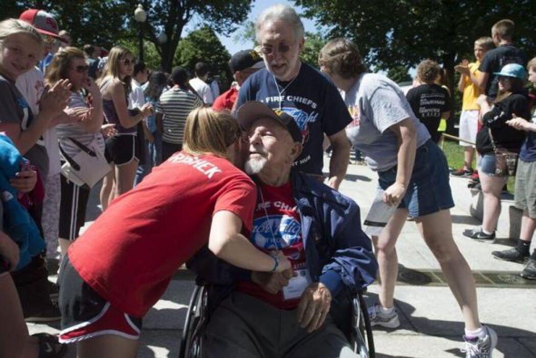 El veterano de la Segunda Guerra Mundial John Chaharyn, saluda a unas pe...
