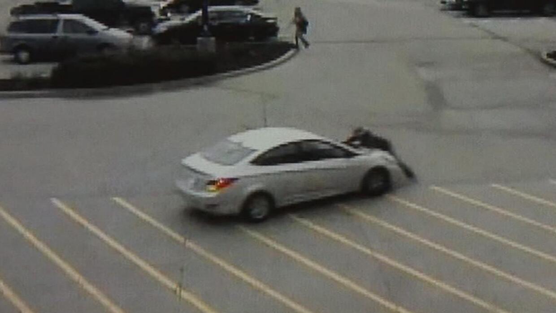 En video: Una empleada salta sobre el auto de un sospechoso para impedir...