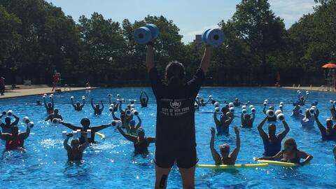 El ejercicio acuático es la actividad favorita de los ancianos, además d...