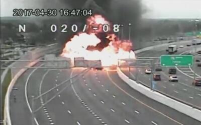 Captado en cámara el momento de la explosión de un auto en plena I75 de...