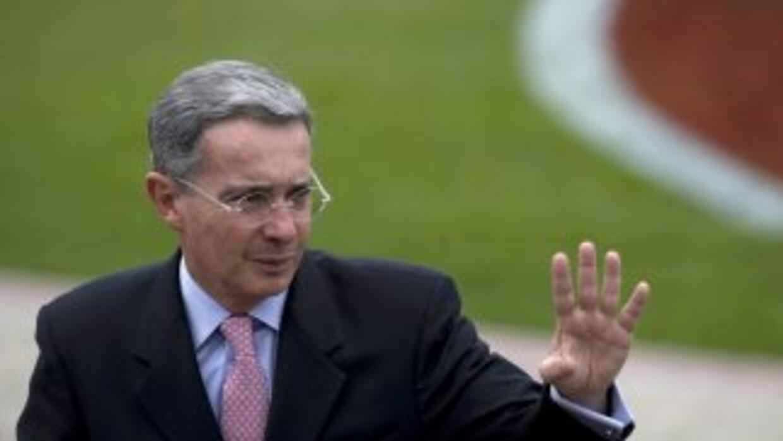 El ex presidente colombiano Alvaro Uribe fue citado para que se presente...